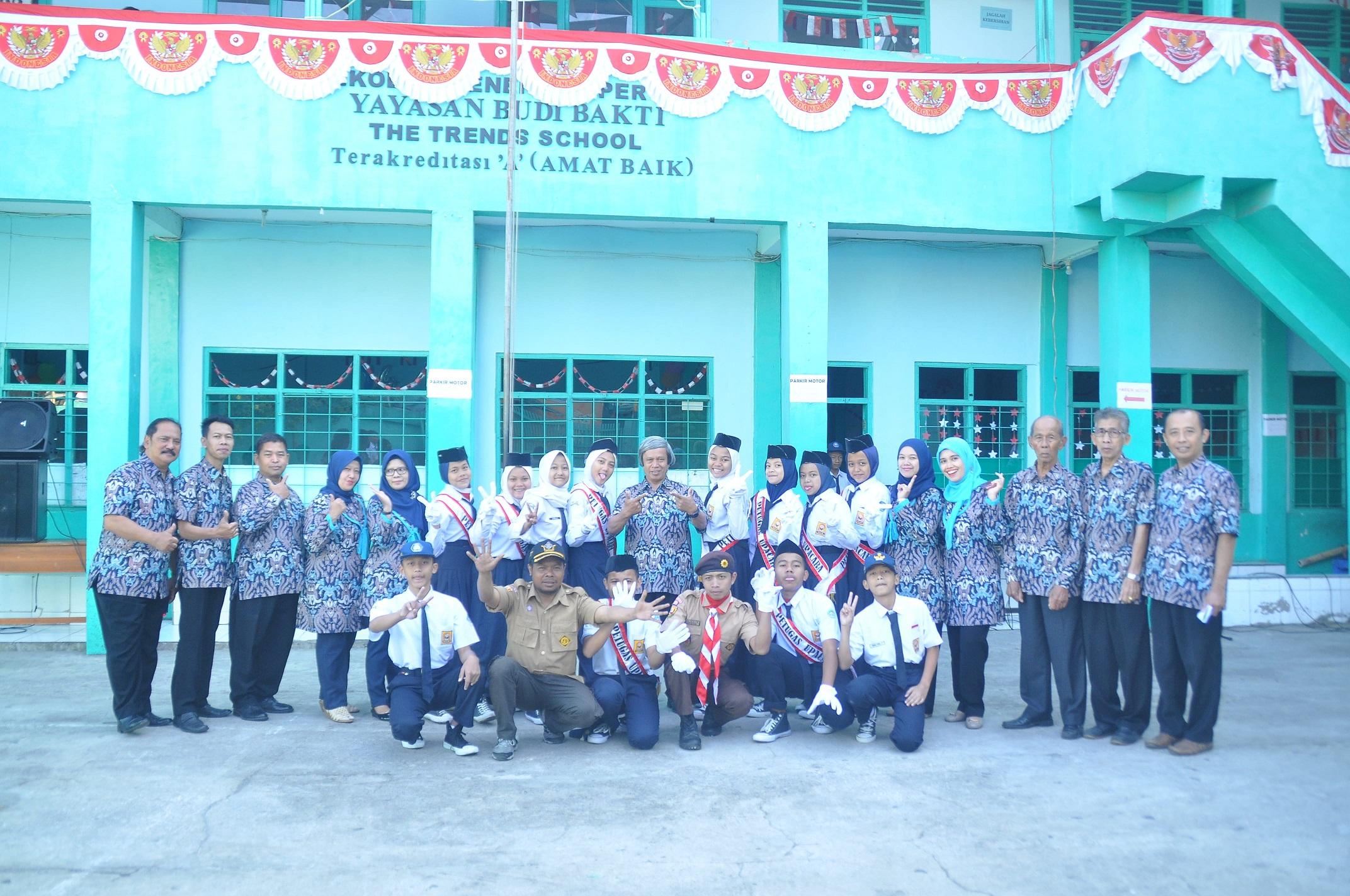 pasukan pengibar bendera berfoto dengan guru dan staff smp budi bakti