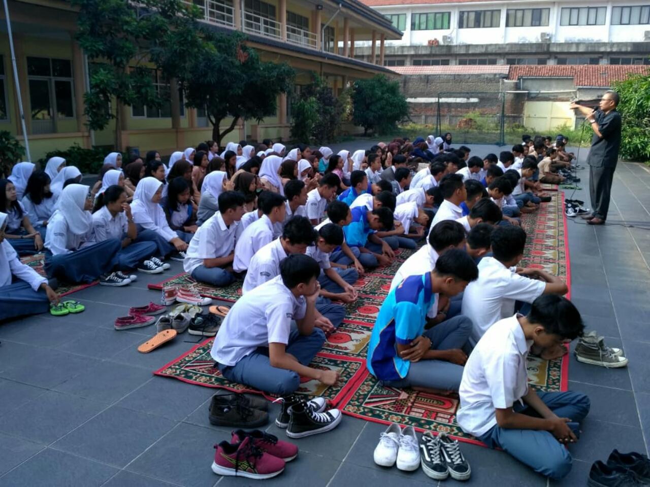 Bersama siswa SMP Muslimin 3 dan siswa SMK Putra Pajajaran saat pembinaan keagamaan