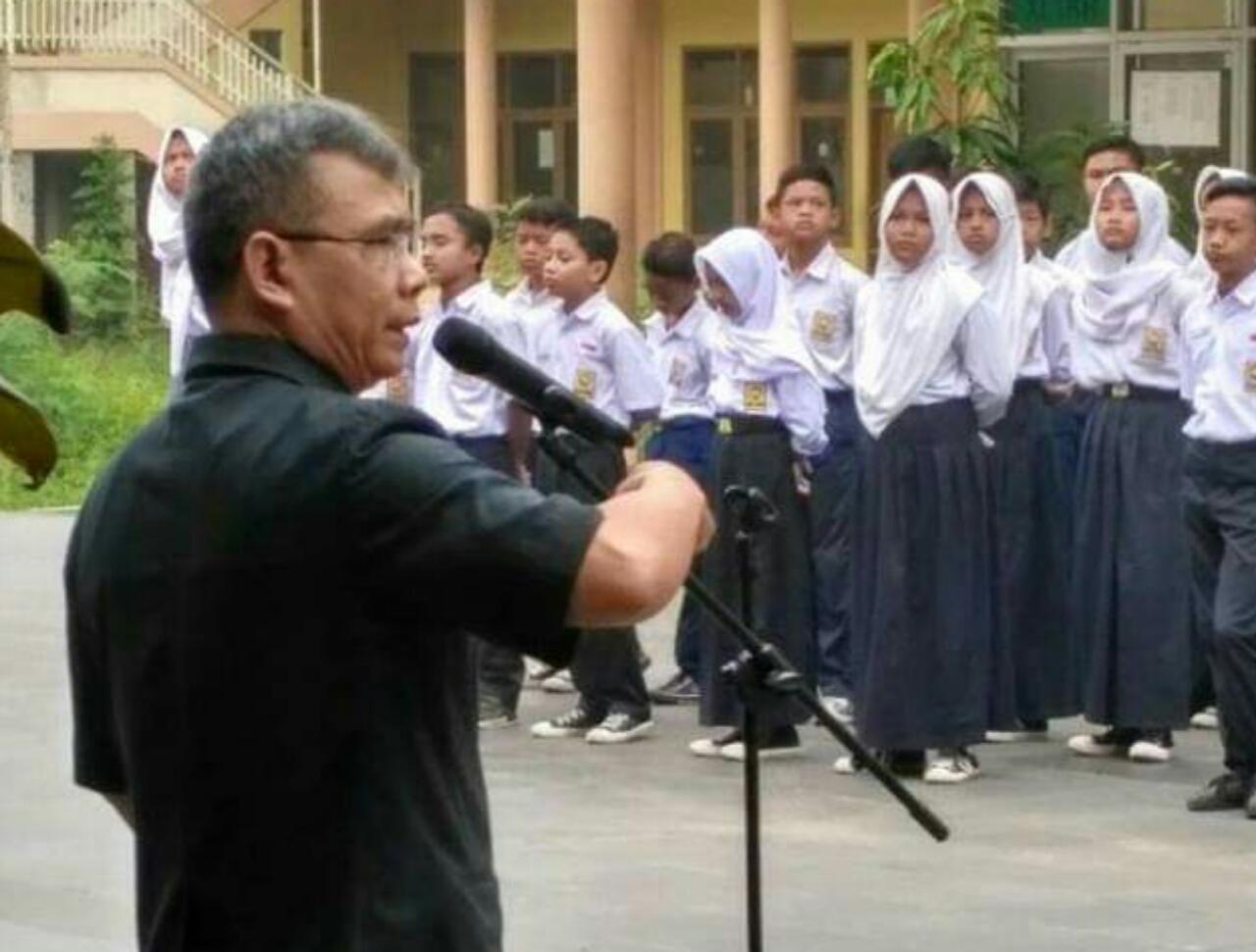 Kepala Sekolah SMP Muslimin 3 saat memberikan pembinaan pada upacara bendera