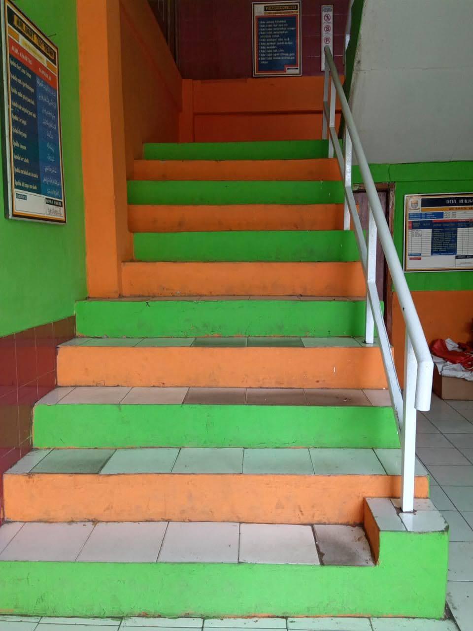 Foto Tangga Menuju Lantai 2