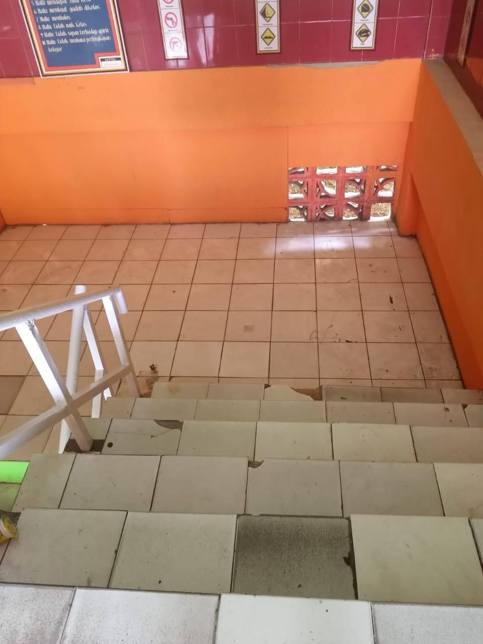 Foto Tangga tampak dari Lantai 2