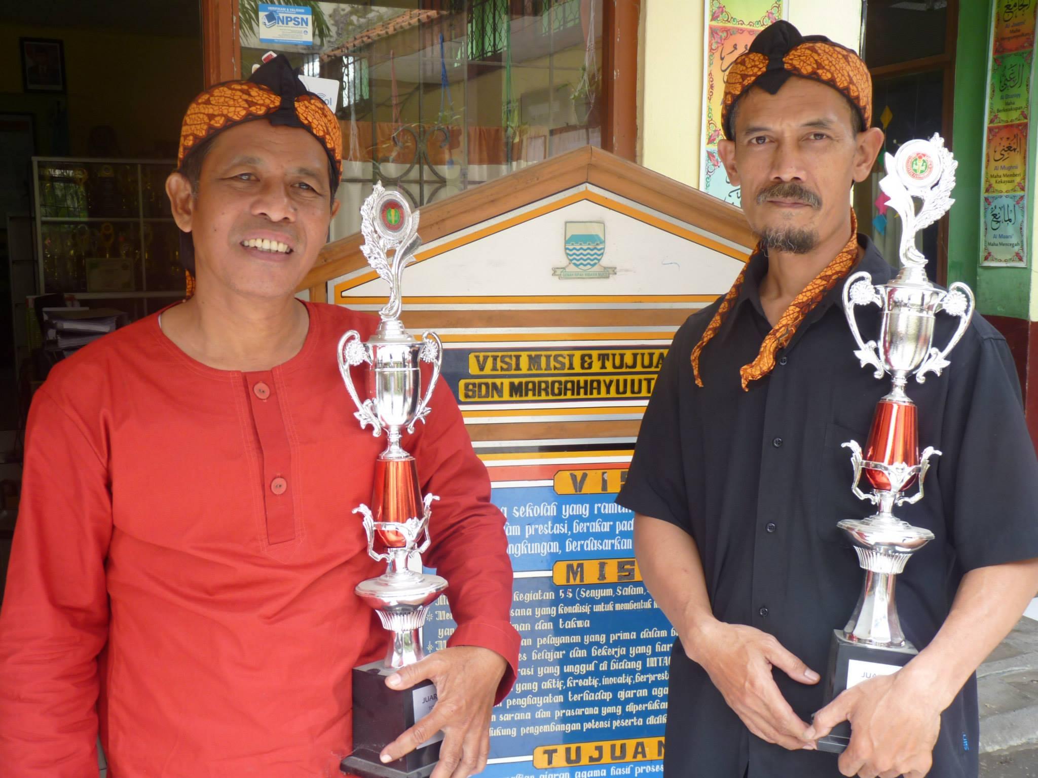 Keg. HUT PGRI 2014 Juara Tenis Meja Double Tk Kecamatan Bp. Dadi Kurniadi, S.Pd. dan Bp Entis Sutisna, S.Pd.