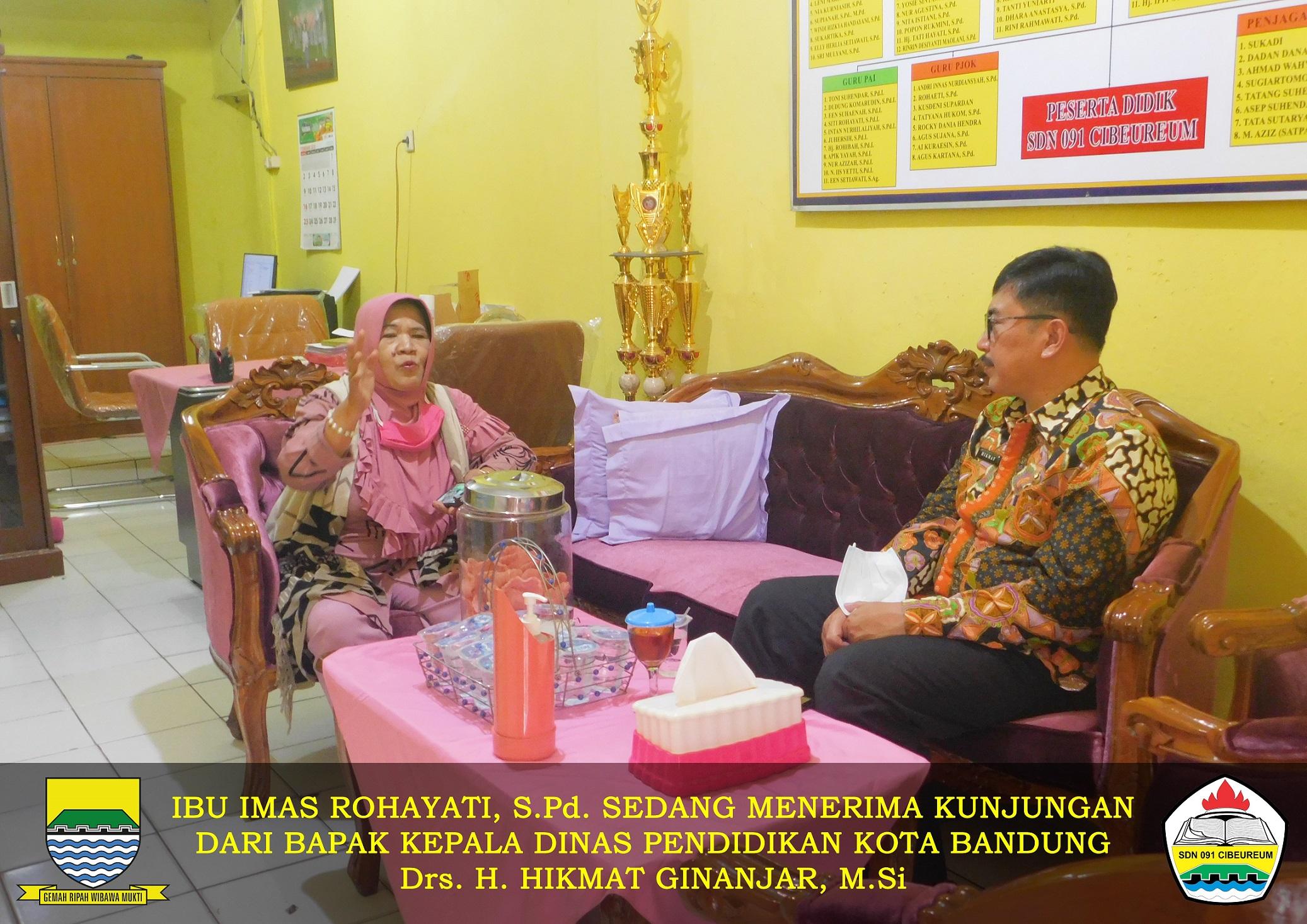 Ibu Kepala SDN 091 CIbeureum bersama Bapak Kadis Pendidikan Kota Bandung