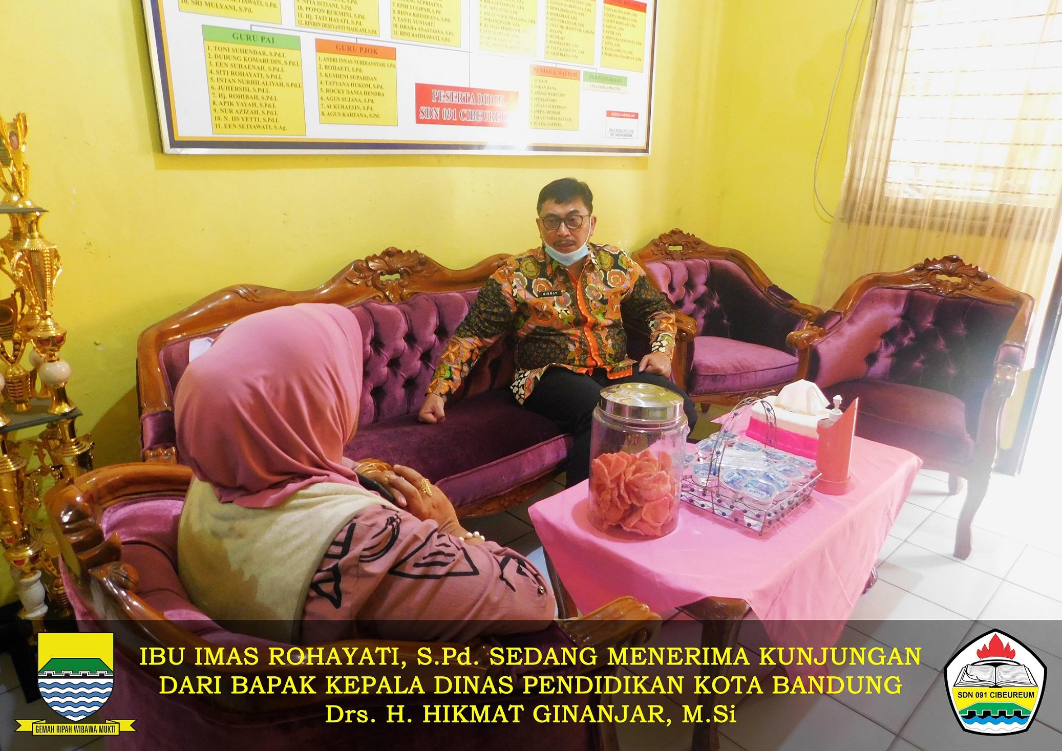 Ibu Kepala SDN 091 CIbeureum bersama Bapak Kadis Pendidikan Kota Bandung 2