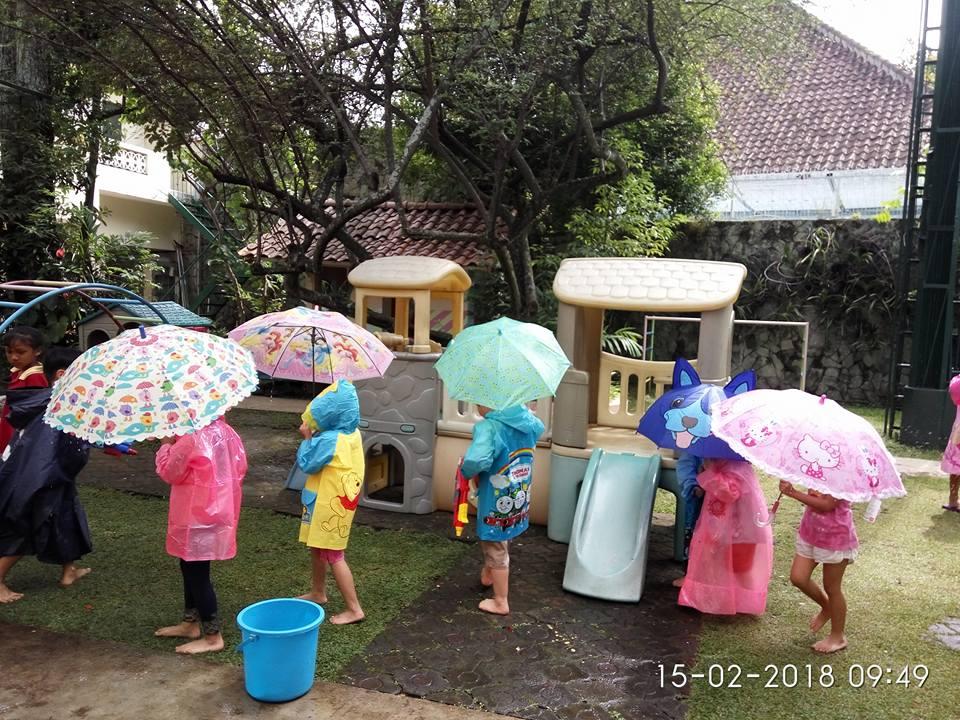 Bermain air Hujan hujanan