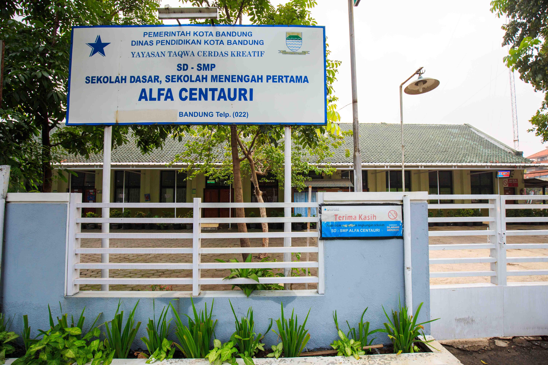 Gerbang Utama SMP Alfa Centauri