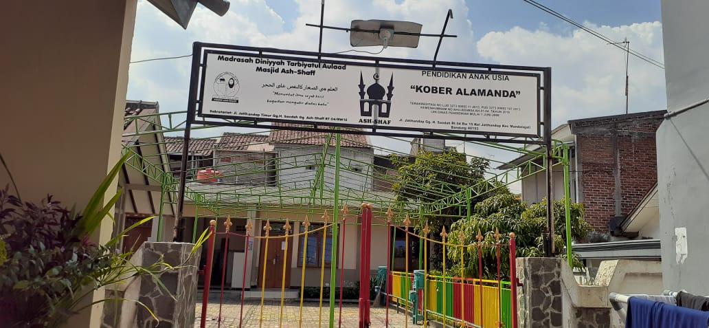 gerbang depan sekolah