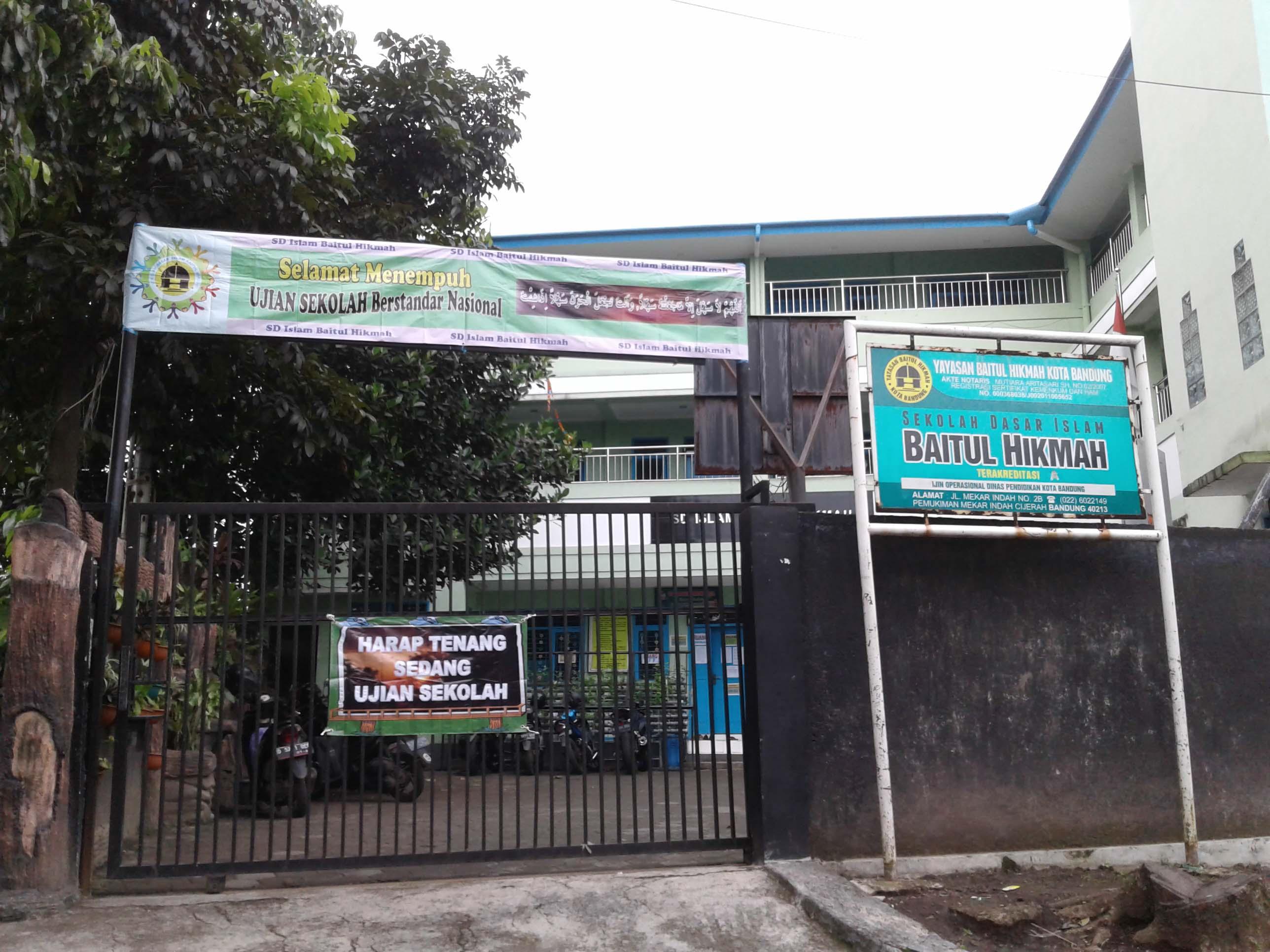 Depan Gerbang Sekolah
