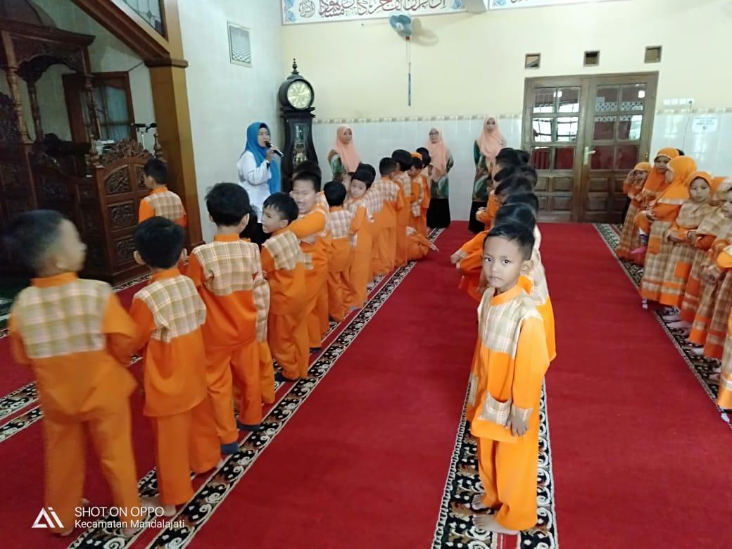 Kegiatan Shalat duha setiap pagi di mesjid depan sekolah