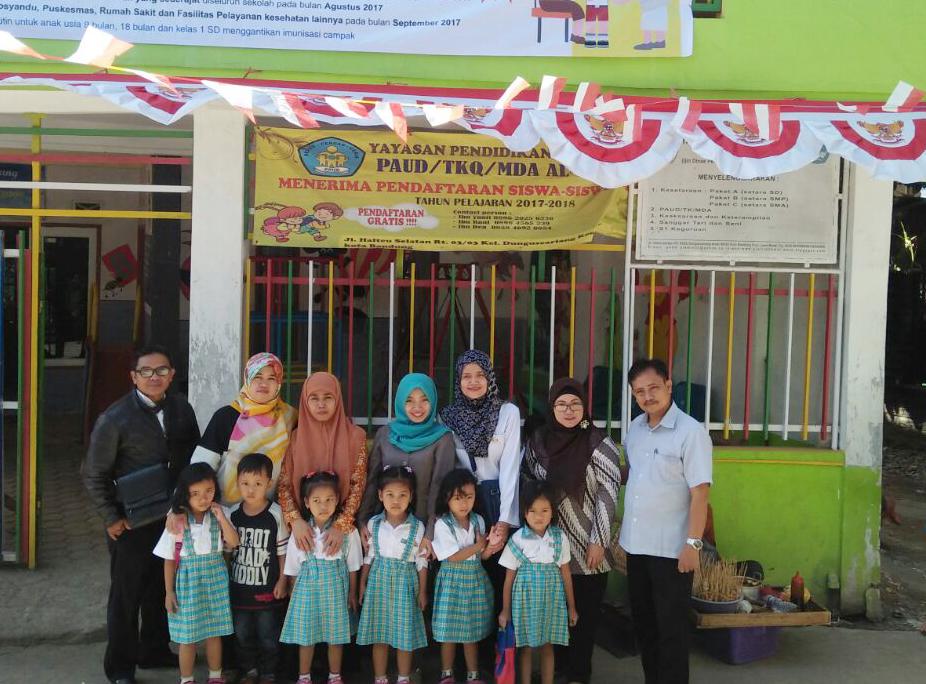 Foto Bersama dengan para tutor dan warga belajar